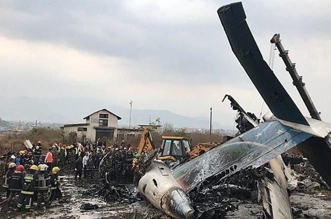 Resultado de imagen de Mueren al menos 49 personas al estrellarse un avión de pasajeros en Katmandú