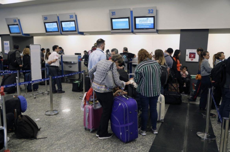 Resultado de imagen para Pilotos de seis aerolíneas evalúan un paro nacional
