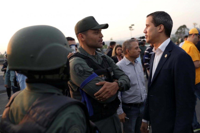 Guaidó conversa con militares sublevados durante la Operación Libertad